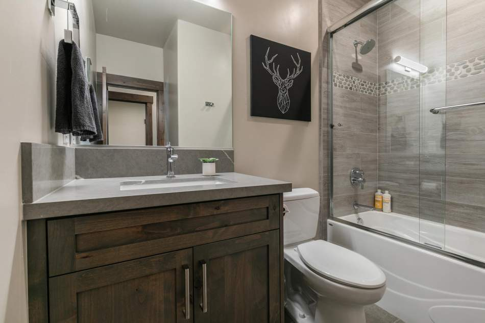 12503-Bernese-Ln-Truckee-CA-large-013-007-Bathroom-Three-1500x1000-72dpi