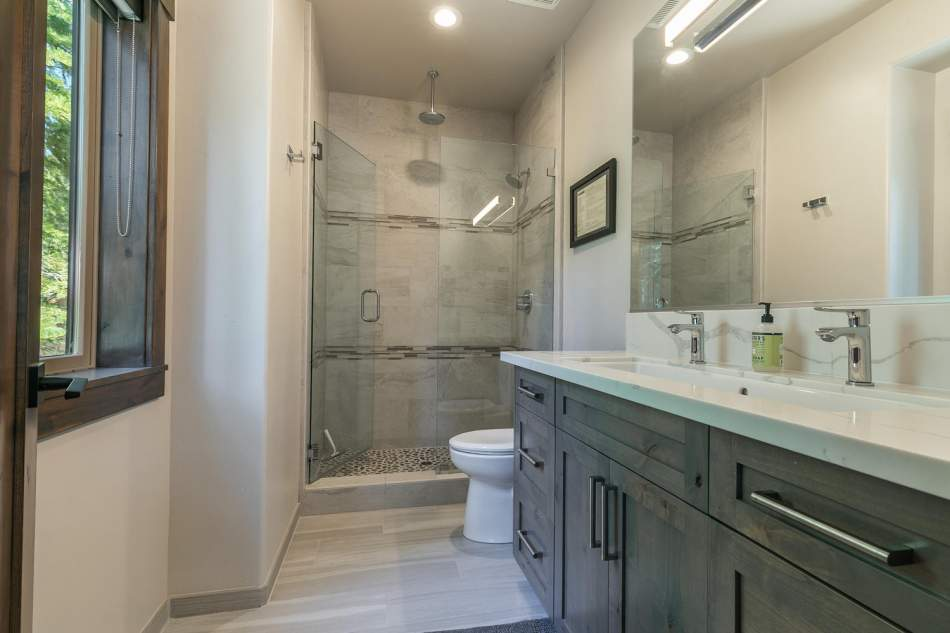 12503-Bernese-Ln-Truckee-CA-large-020-001-Bathroom-Two-1500x1000-72dpi